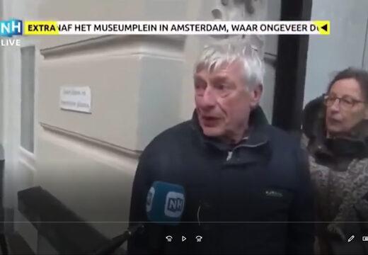 Tijdens de Covid19 demonstratie van 17 januari op het museumplein zegt deze arts dat onze regering mensen aan het vermoorden is met vaccins.